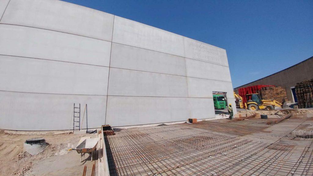 Exterior de la nave industrial de Vichy Catalan en fase de construcción