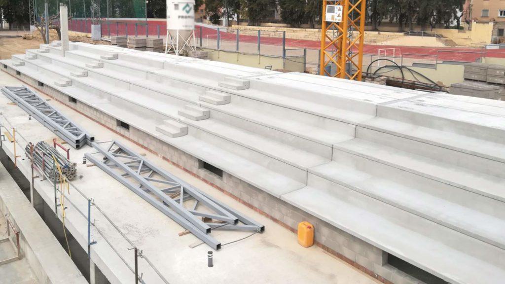 Construcción de las gradas del complejo deportivo WIN de Tortosa