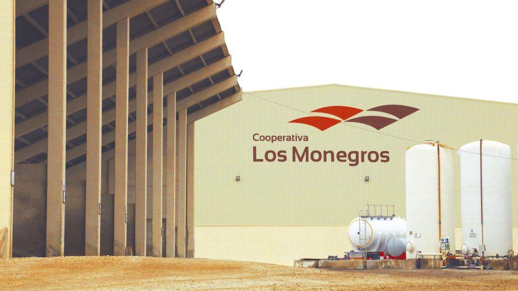 Exterior de la Cooperativa Los Monegros