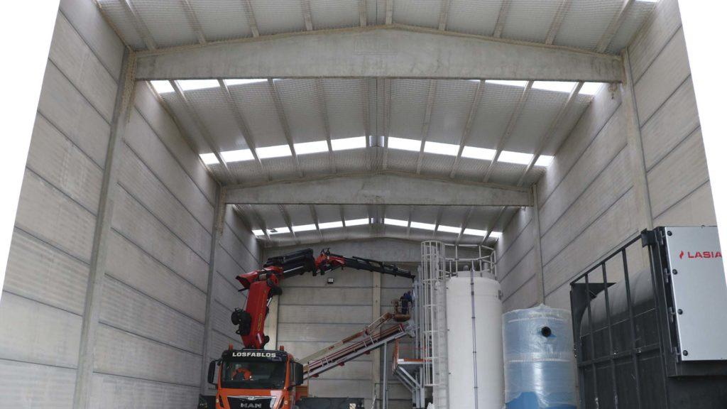 Interior de la nueva nave de la Cooperativa durante el montaje