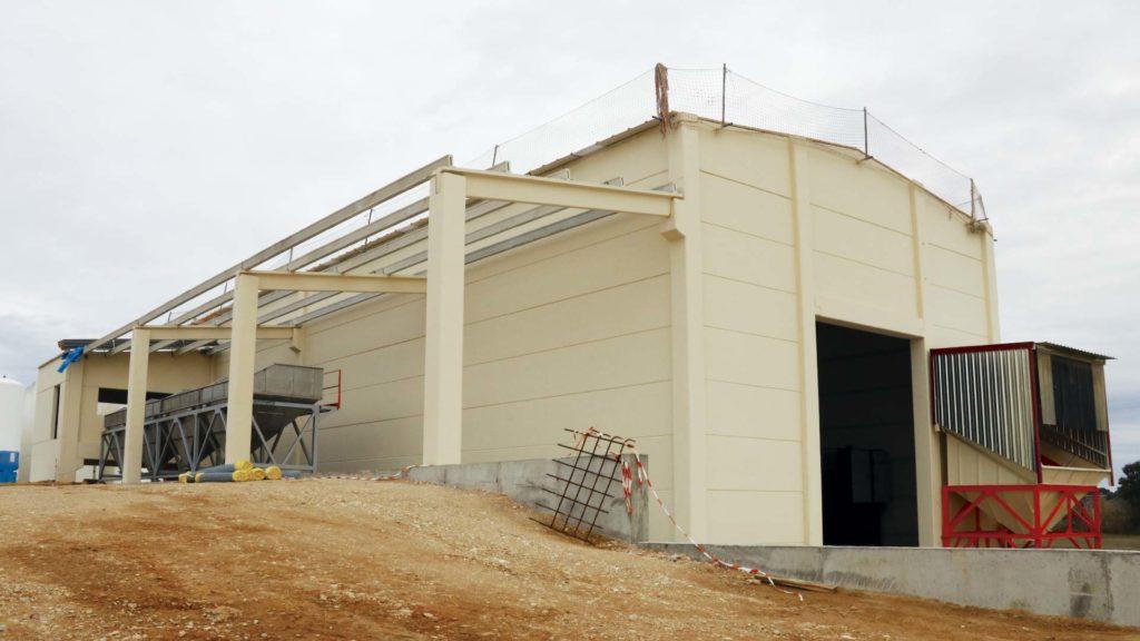 Exterior de la nueva nave de la Cooperativa durante el montaje