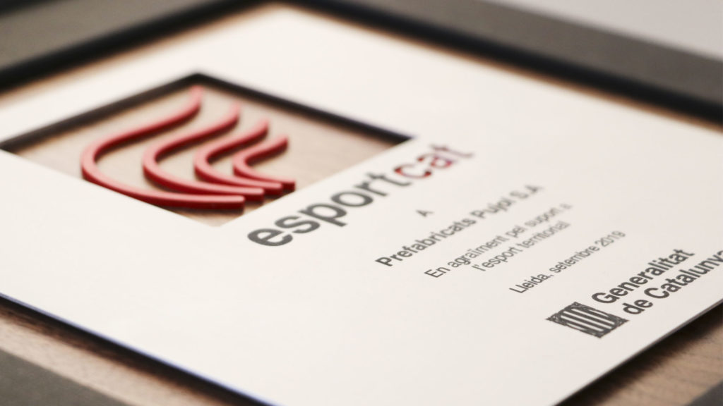 Detall de la placa del Premi Empresa