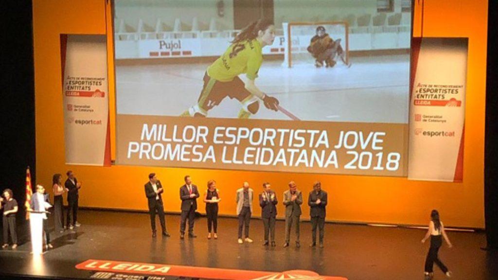 Victòria Porta (Hockey Patines Vila-Sana) recogiendo el premio