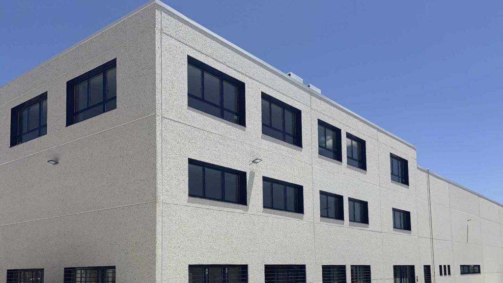 Exterior de la zona d'oficines de la nau industrial d'Ynsadiet