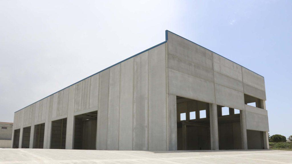 Exterior de la nau industrial prefabricada de Grues Nogués