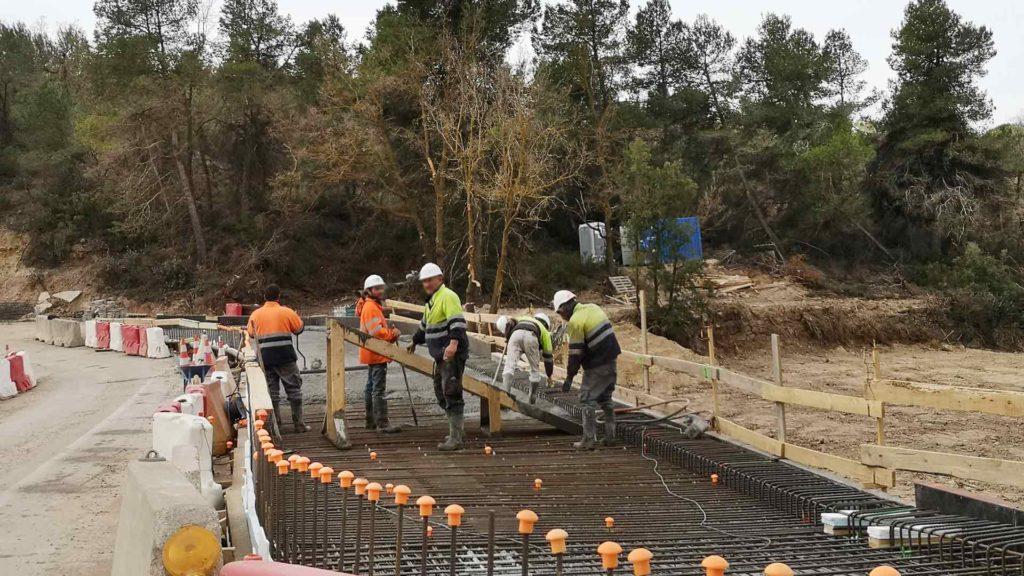 Obrers treballant en la restauració de les infraestructures afectades