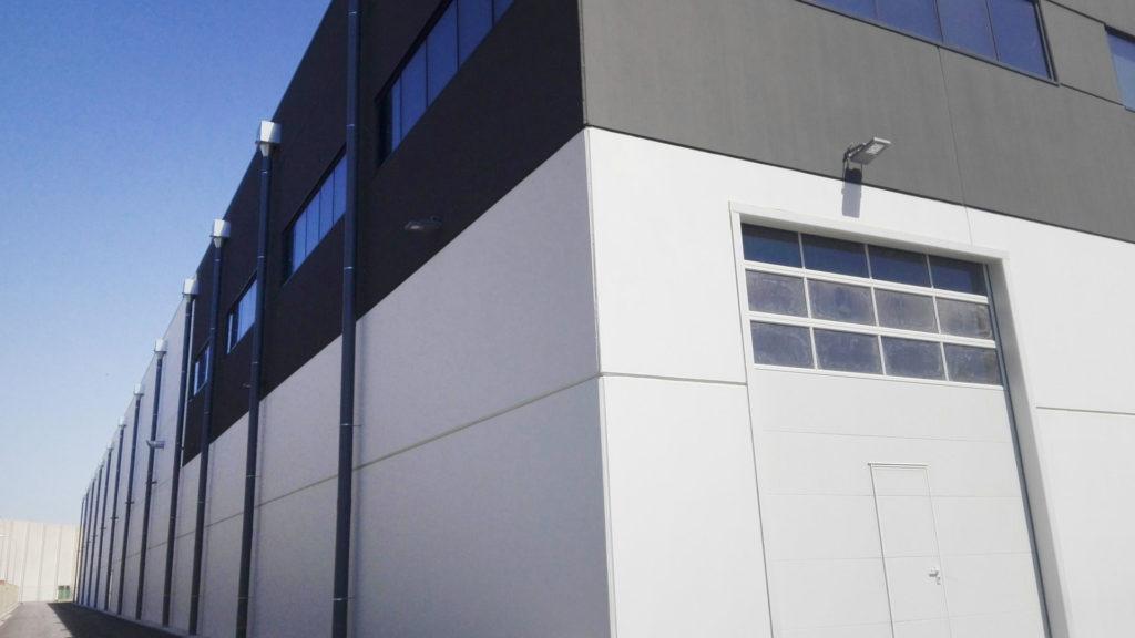 Detalle del exterior de la nave industrial de Frigicoll en el Prat de Llobregat