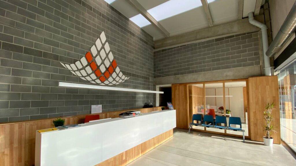 Oficinas de V de Bravado, en el puerto deportivo de Premià de Mar