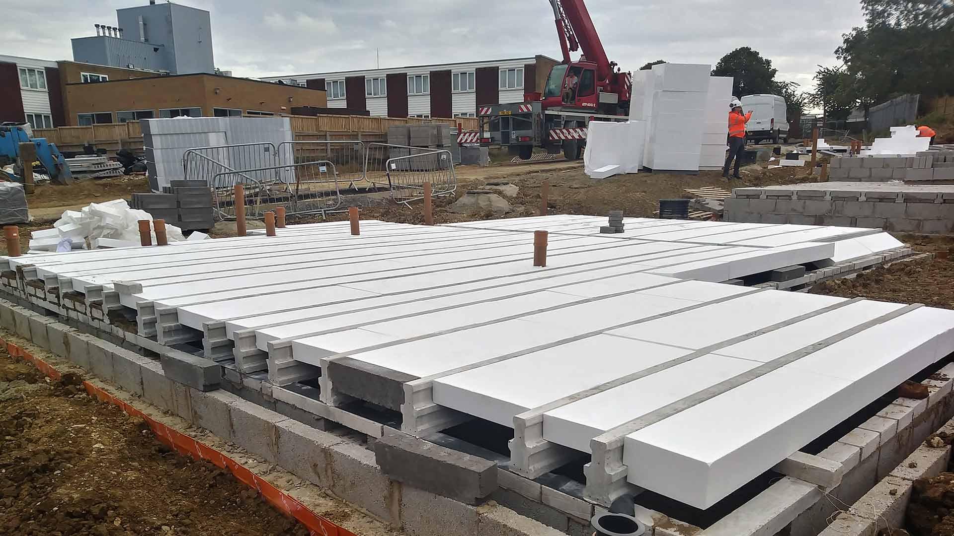 Instalación de forjados con entrevigados de poliestireno expandido en Newport Pagnell (Londres)