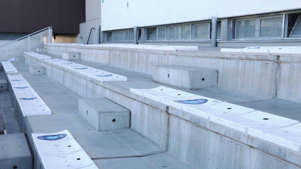 Detalle gradas prefabricadas de hormigón en The British School of Barcelona