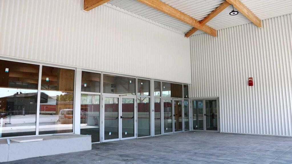 Entrada principal del nuevo polideportivo de Folgueroles